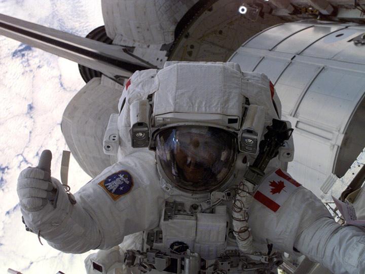 chris hadfield thumbsup spacewalk