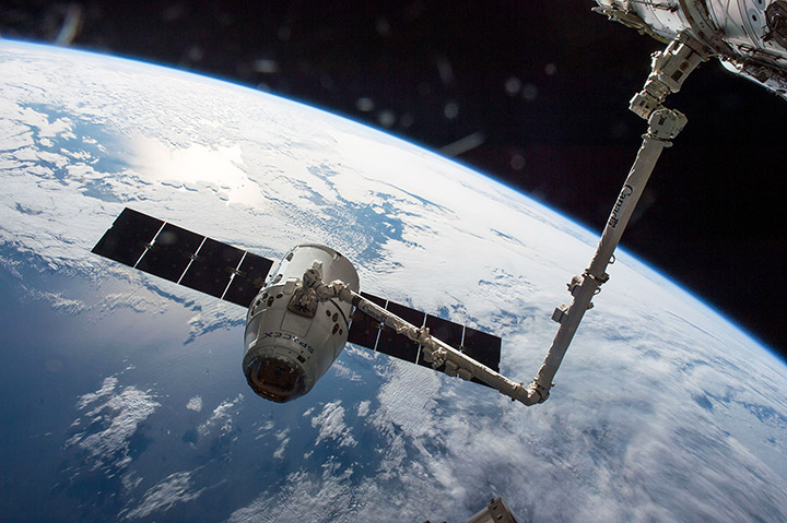 spacex 8 dragon docks to iss canadarm